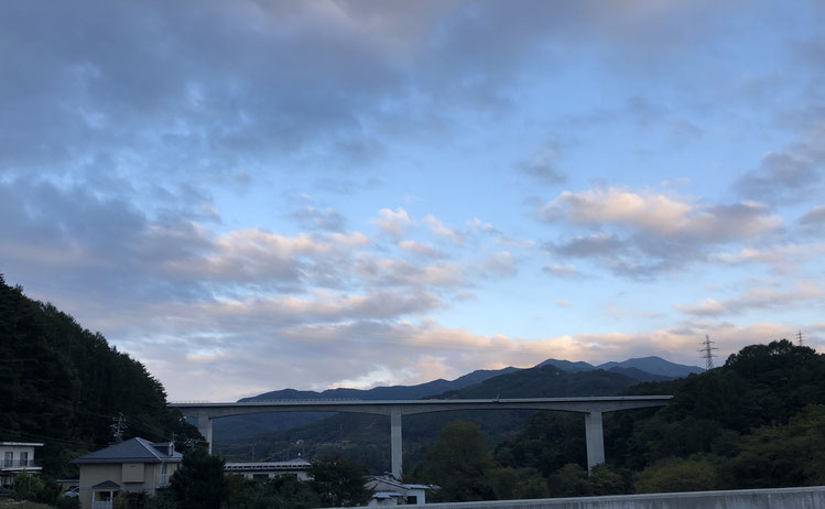 日暮れどき、中部横断道の今の終点の高架道路を遠くに見る。土木の工事ってすごいなあ。
