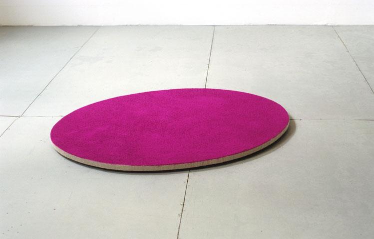 Matthieu van Riel. Vloerobject. Zonder titel 65x90cm pigment op linnen op hout (ovaal) vloerobject 2005