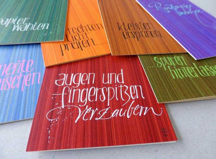 Gestrichene Kleisterpapiere, mehrfarbig, Kalligrafie: Sigrid Artmann