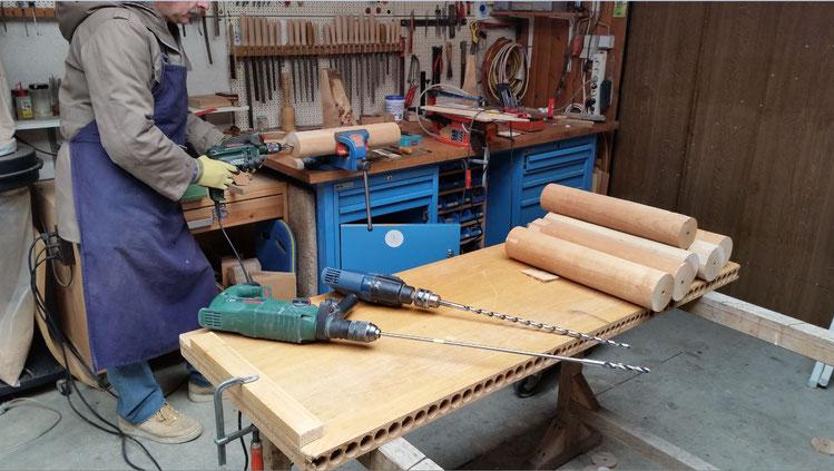 Lampe aus massivem Kirschbaum und Rüster Ulme Holz bohren Handarbeit Werkstatt