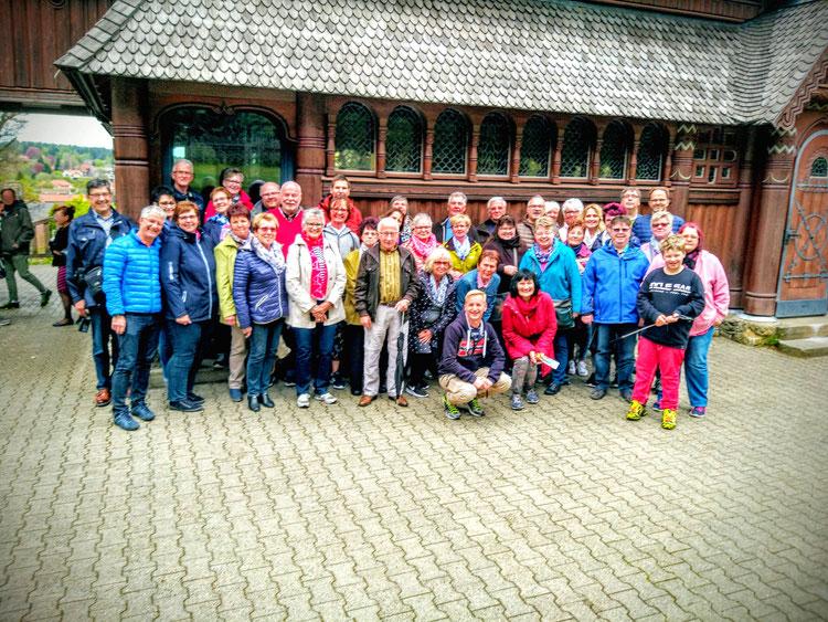 Gruppenbild Der Dorfchor (mit Freunden und Partnern) vor der Holzstabkirche, in Hahnenklee