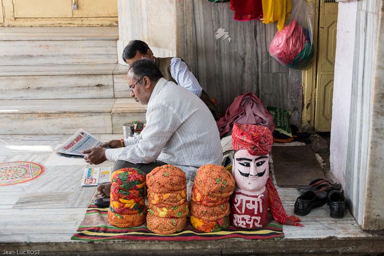 """Vendeur de turbans (également appelé """"safa"""", """"paag"""" ou """"pagri"""") un élément essentiel du costume masculin traditionnel du Rajasthan (Inde)."""