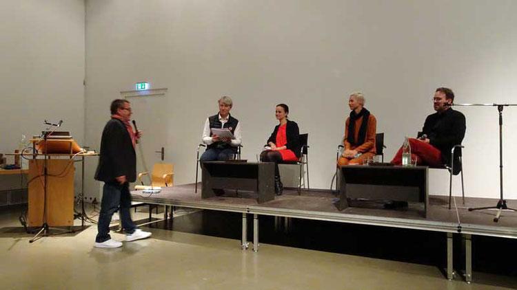 LVDG Vorsitzender Michael Sturm stellt das Podium vor (v.l.n.r.):   Moderator Nikolai Forstbauer (Titelautor der Stuttgarter Nachrichten), Olivia Franke, Christina Steinbrecher-Pfandt und Dr. Stephan Geiger.