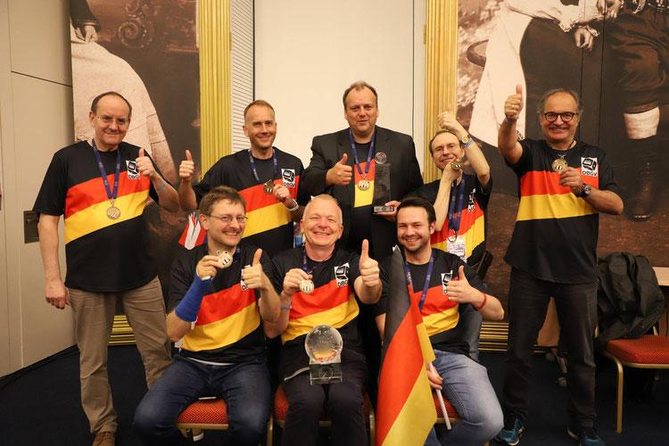 Das Weltmeister-Team: stehend Ralf Jonas, Tobias Hellwag, Jens Averkamp-Peters , Heribert Lindner und Kimon Papachristopoulos, sitzend: Jürgen Orlowski, Volker Sonnabend und Andreas Hofmann (jeweils von links nach rechts)