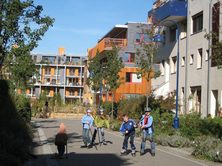 駐車場を宅地から排除することで、道は、路地となり、社会福祉的な機能を持つ人間のための空間に変わった。ヴォーバン住宅地では、車の騒音ではなく、子供の声が絶えない。