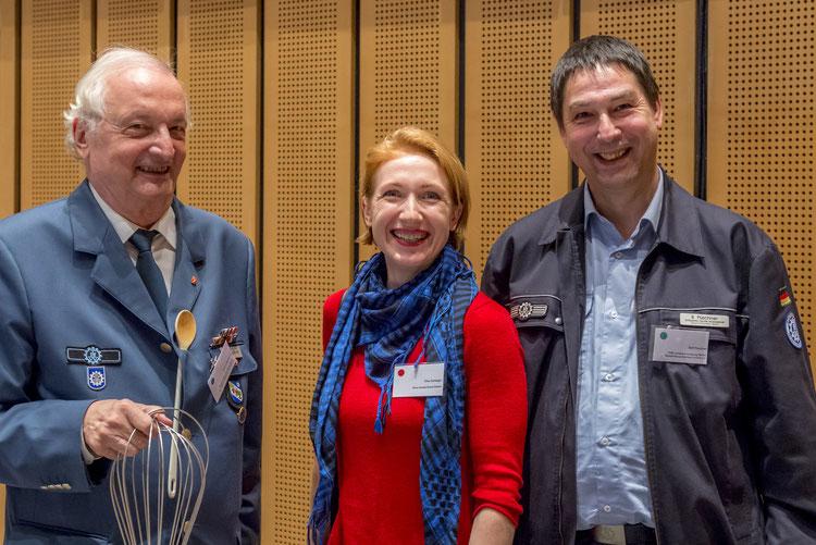 Dina Schlegel der Shire Deutschland GmbH mit Ralf Püschner von der THW-Geschäftsstelle Berlin und LHV-Vorstand Horst Engelhardt
