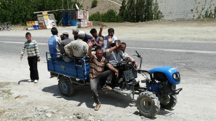 Apres nous avoır invité a déjeuner, les ouvriers repartent au boulot !  (et nous sur notre vélo)