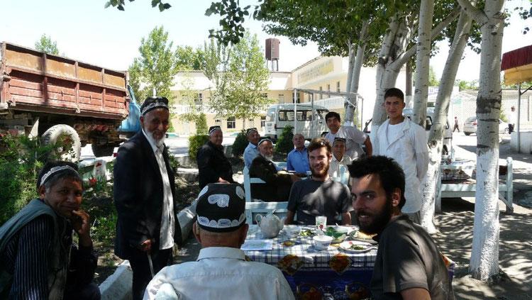 Pause dejeuner pres d'Andijan, le proprio debout et le prof d'anglais, de dos.