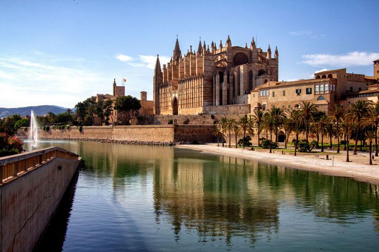 Mallorca Orte schaffen geistiges Wohlbefinden - Photo by Yves Alarie on Unsplash-Kathedrale von Palma de Mallorca