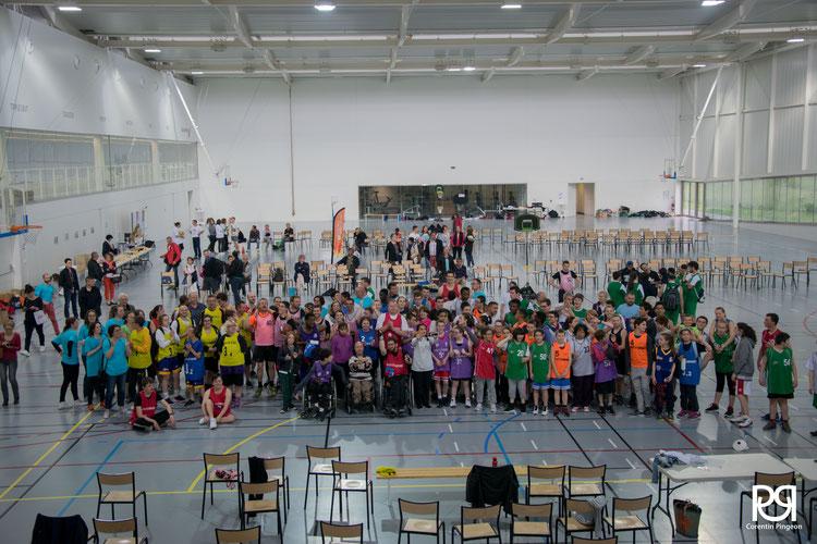 Photo des joueurs et des bénévoles dans le gymnase, tous ensemble.