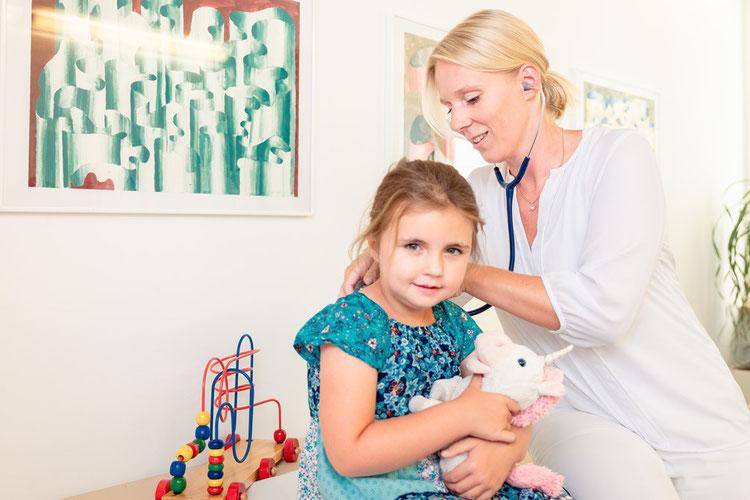 Szene bei der U9. Nach einer ausführlichen Anamnese erfolgt eine umfassende klinische Untersuchung, hier die Untersuchung von Lunge und Herz.
