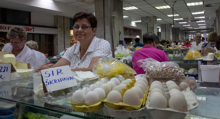 Kiaušinių ir sūrių pardavėjos Dolač turguje