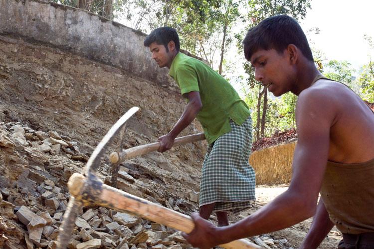 Farukparos vyrai tiesia kelią į kaimą Bangladeše Čitagongo kalvų ruože