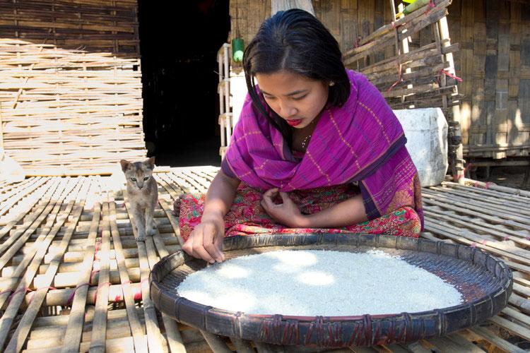 Baganparos mergina prie ryžių padėklo Bangladeše Čitagongo kalvų ruože