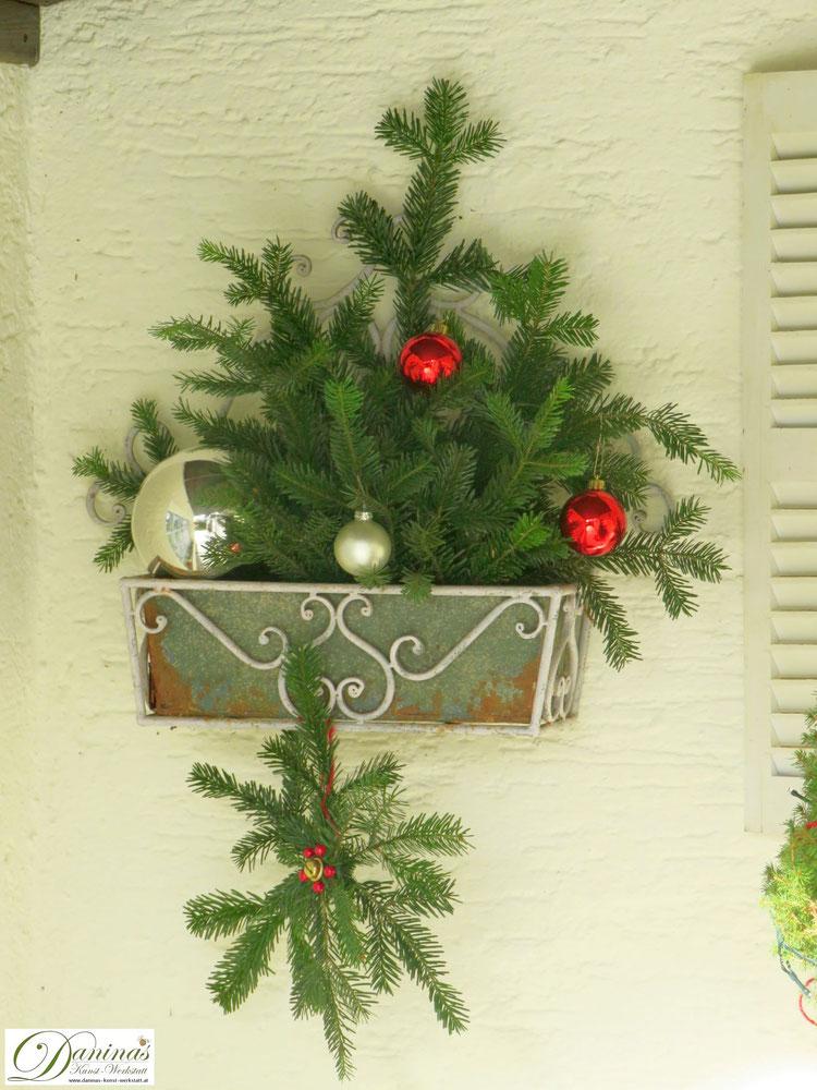 Weihnachtsdeko aussen mit selbstgemachtem Stern aus Tannenzweigen