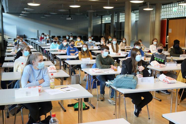 BM Sek+ interessierte Schülerinnen und Schüler nehmen am Schnuppernachmittag teil