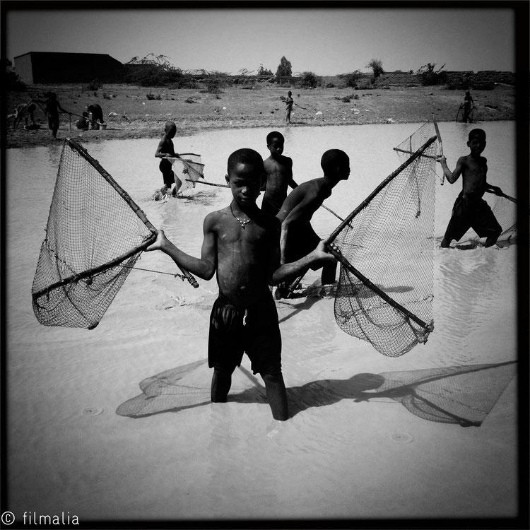 Pescando en el lago. Kona. Malí. pescadores, red