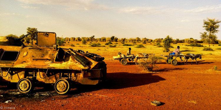 Dejando atrás la intervención militar francesa. Kona. Malí. tanque, carros