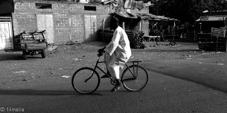 Bicicleta con cheelaba. Carretera de Gao. Malí.