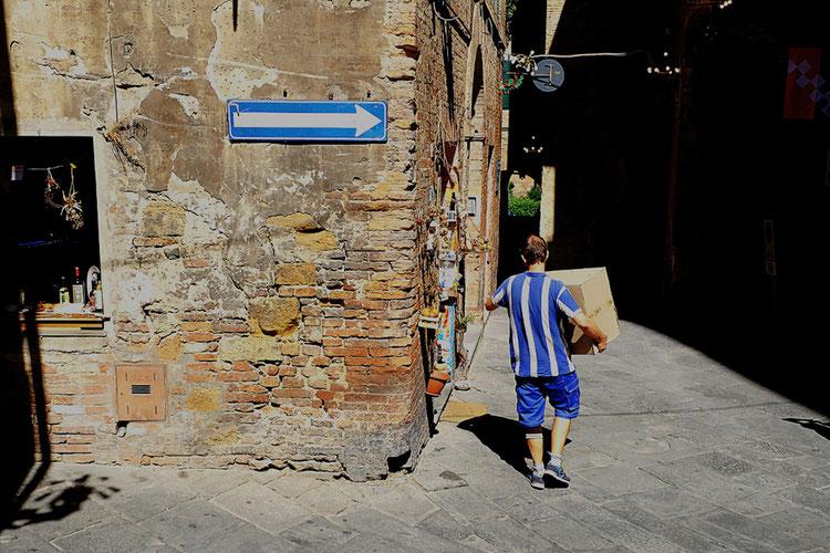 Mathieu Guillochon photographe, street Photo, photographie, Sienne, Toscane, Italie, terre de Sienne, bleu, blanc, couleurs, habitant, t-Shirt, rue, vieille ville, été, lumière.