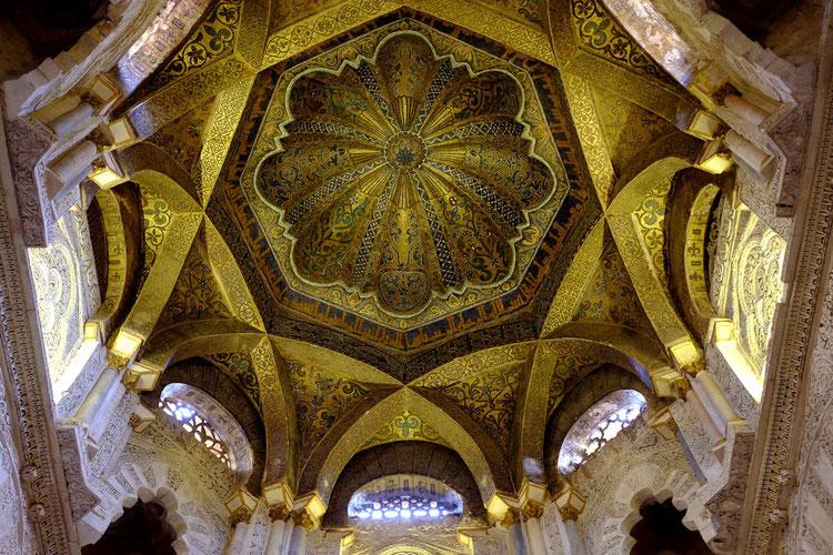 Photographie, Espagne, Andalousie, Cordoue, mosquée, édifice religieux, mirhab, omeyyade, mosaïques, sourates, qibla, islam, art, architecture, lumière, prières, arcs, stucs, Mathieu Guillochon