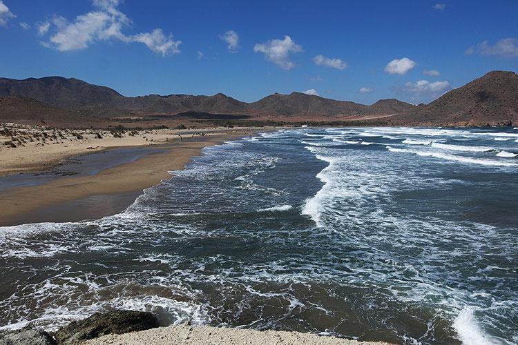 Photographie, Espagne, Andalousie, cabo de gata, plages, collines, Playa de Los Genoveses, mer, vagues, écume, nuages, blanc, bleu, terre, lumière,été, vacances, Mathieu Guillochon