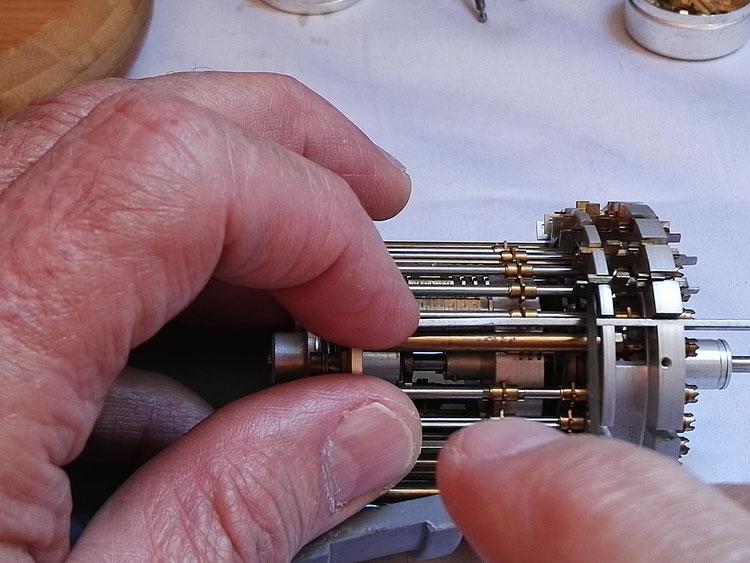Suite de l'opération d'extraction d'un mécanisme de retenues de compteur de tours