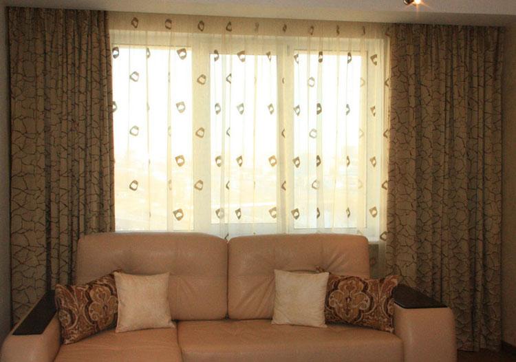 Портьеры, тюль и декоративные подушки в гостиной