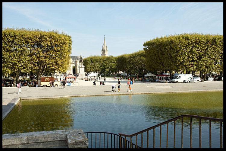 Bassin de la Place Royale du Peyrou, au fond, Arc de Triomphe et l'Eglise St Anne