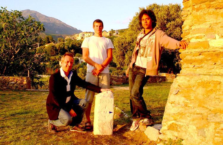Antoine Selosse avec la borne de l'itinéraire A Via San Martinu à Patrimoniu