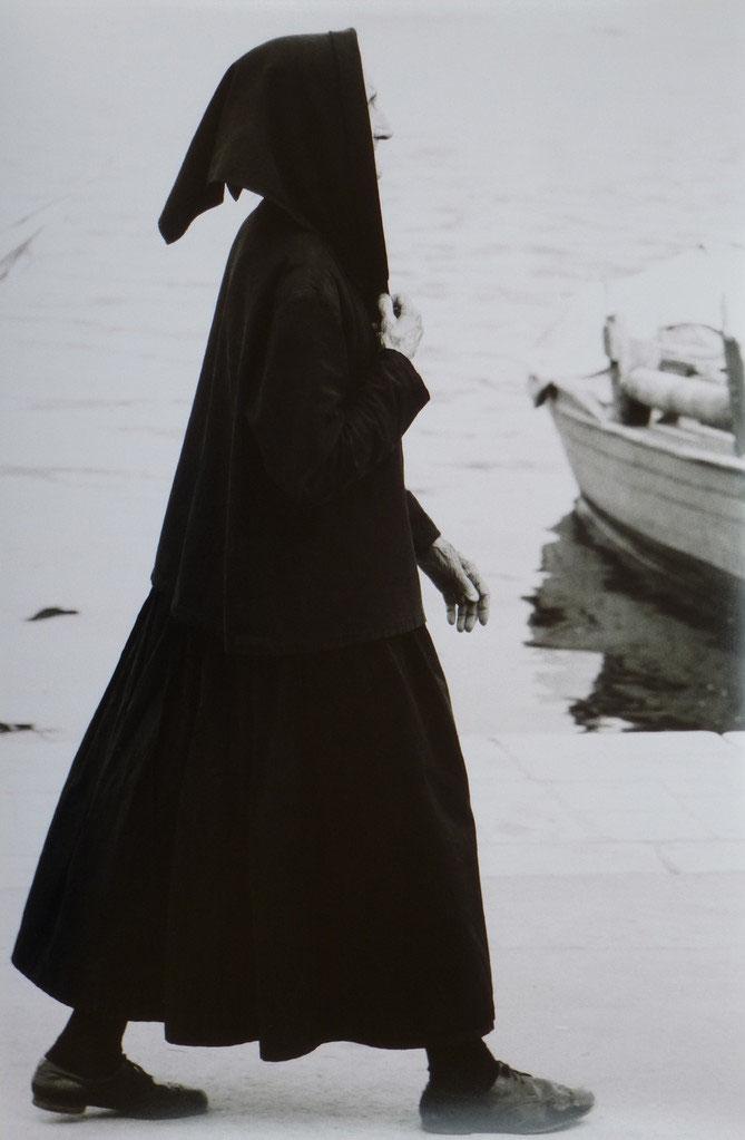 Kroatien - alte Frau am Strand - Galerie Moldvay