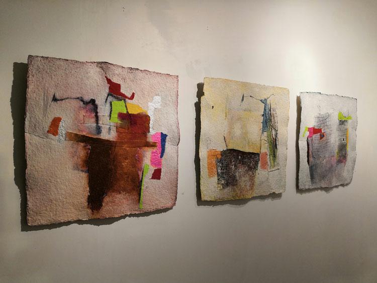 """Sans titre.Série """" PAPIERS FAIT MAIN """" Format : 50 cm x de 50 cm . Tissus collages acrylique et huile sur papier artisanal."""