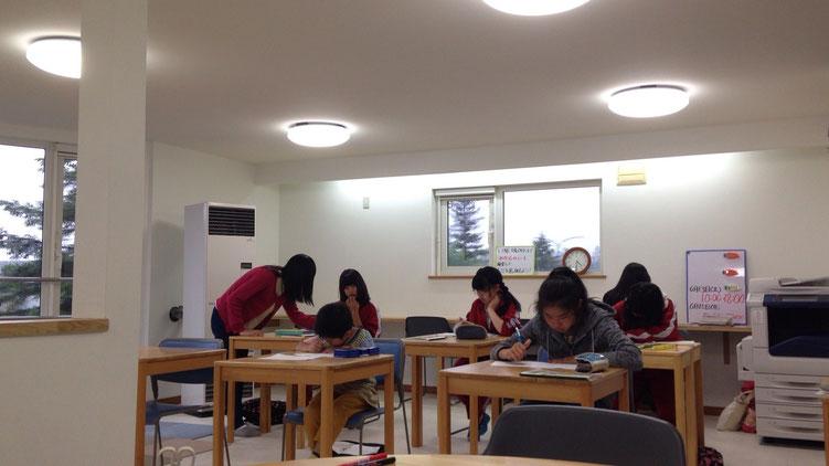 みんないい感じで勉強してますよ!左上の二人にズームイン!