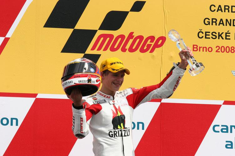 Trotzdem ist 2008 das erfolgreichste Jahr für Stefan Bradl in der 125er Klasse mit insgesamt sechs Podestbesuchen, davon zwei Siege.