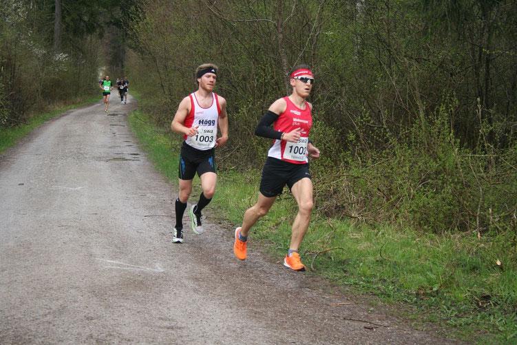 Michael Laur (SVO LA Germering) und Steffen in der ersten Runde. Michael wird Zweiter, Steffen Dritter in der schwäbischen Meisterschaftswertung. (Foto: Klimek)