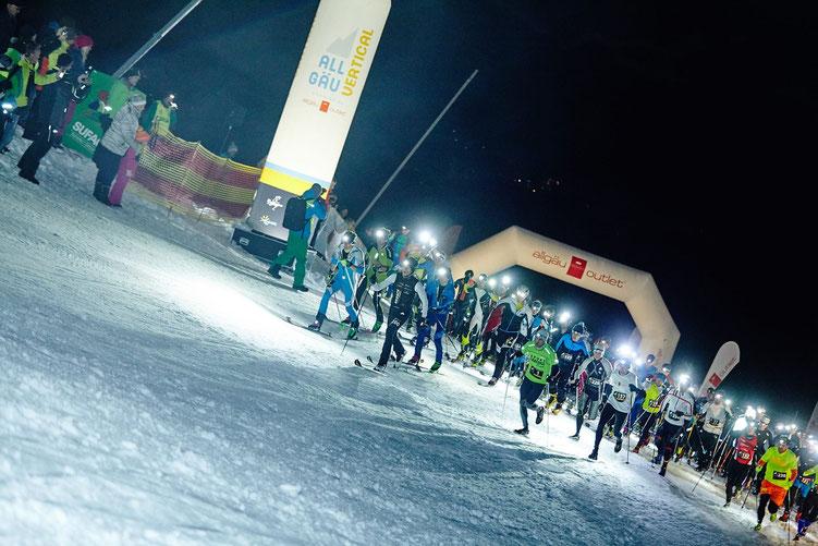 Steffen (2. von rechts) stürmte mit vielen anderen Verrückten die Weltcuppiste in Ofterschwang hinauf (Bild: www.allgaeu-vertical.de)