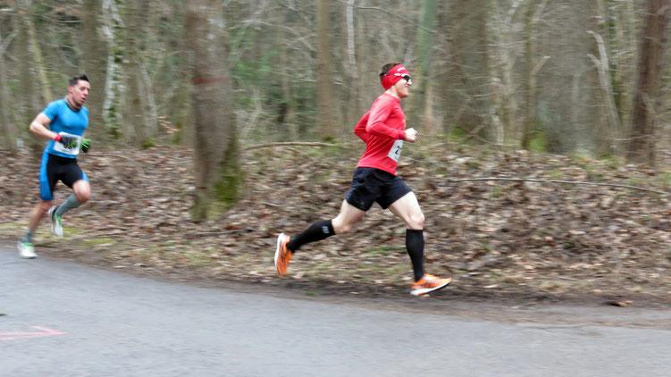 Auf dem Weg zum 8. Gesamtrang durch den Augsburger Siebentischwald in 34:35 Minuten verfolgt von Stefan Heim (TG Viktoria Augsburg)