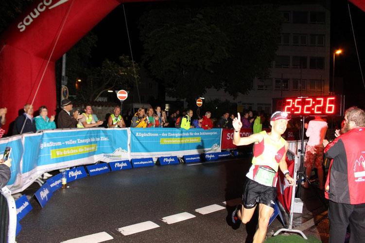 Steffen läuft in 02:52:26 Stunden als Sieger bei der Premiere des AÜW Iller-Marathon ins Ziel (Bild: Allgäu-Ausdauer / Anne-Sophie Weißenbach)