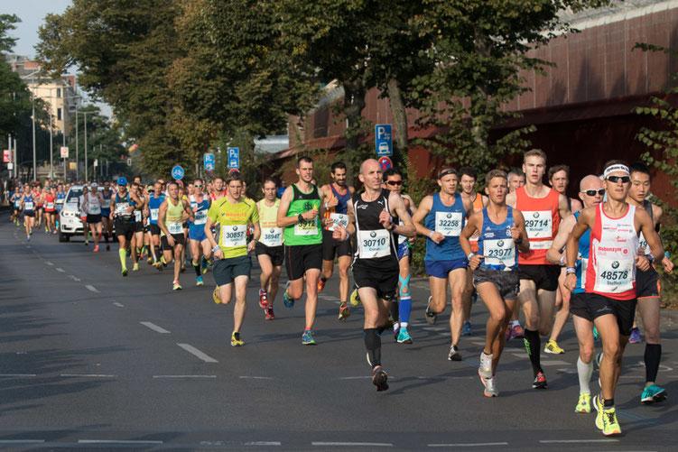 Steffen (re. 48578) im Stadtbezirk Moabit (JVA) kurz nach dem Start. Am Ende stand die Bestzeit von 02:32:56 Stunden mit einem tollen 122. Gesamtrang.