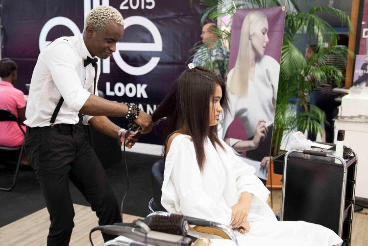 Passage entre les mains du coiffeur et de la maquilleuse avant l'étape des tests photos. (Photos : Camellia MENARD)