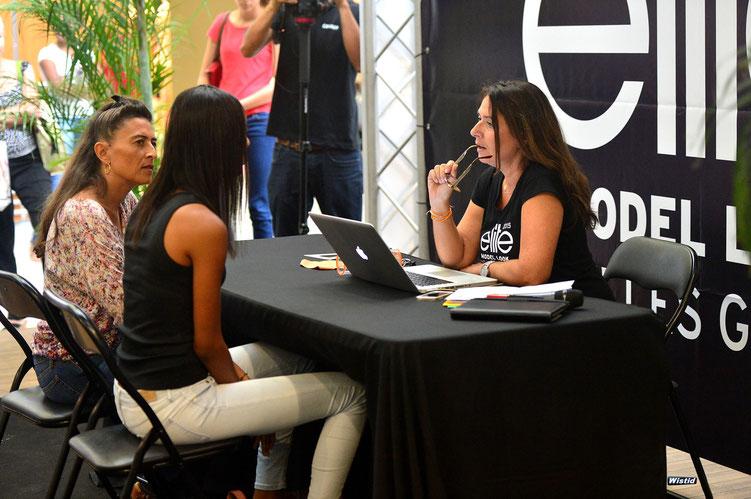 Valerie Parratte, agent organisateur du concours s'entretien avec les participantes et leur parents pour connaître leurs motivations. (Photo : Wistid)