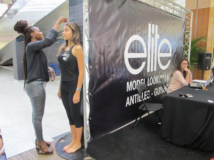La styliste Eliette Lesuperbe mesurait les participantes avant un entretien avec Valérie Parratte, agent organisateur du concours. En dessous d'1,72, les jeunes filles n'étaient pas retenues.  (Photos : Célia LABRY)