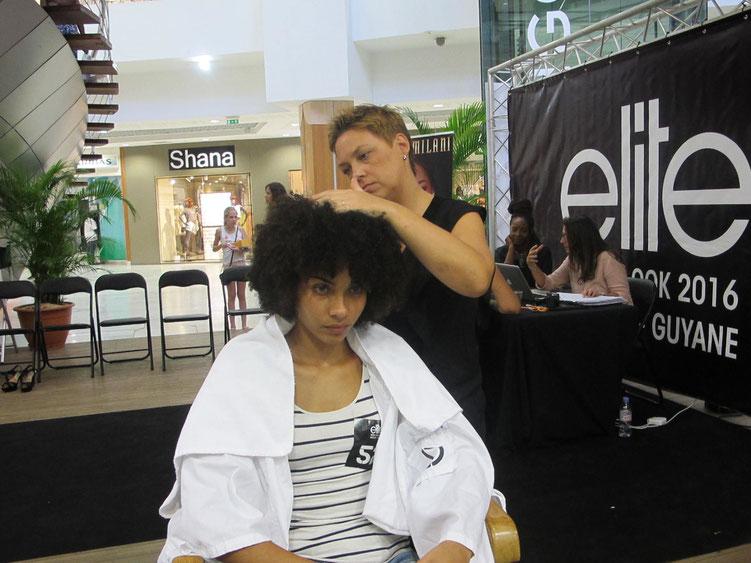 Les jeunes filles présélectionnées sont passées entre les mains des coiffeuses et des maquilleuses avant une séance de photos test.
