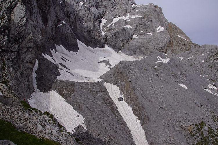 Blick von Osten über den Eiskargletscher. Nur im östlichen Gletscherteil zeigen sich schon ein paar kleine apere Stellen