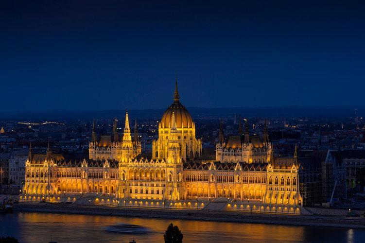 Parlamentsgebäude am Abend...