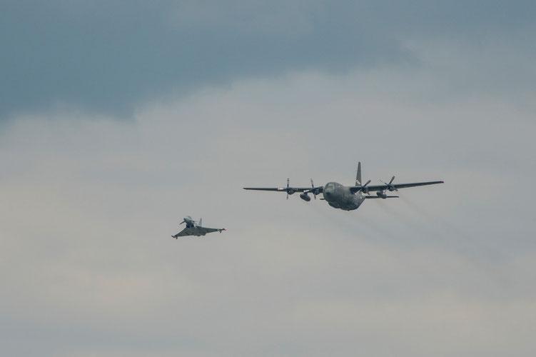 Der Eurofighter im Begleitflug mit einer Herkules