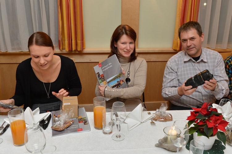"""Conny begutachtet ihre Geschenke. Marion freut sich übers Jahrbuch. Ralf kommt sein 24-70 etwas zu """"leicht"""" vor..."""