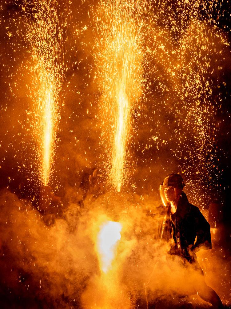 みのわ祭りの部特選「勇気の手筒火花」鈴木真さんの作品。