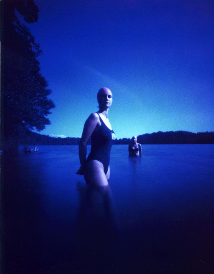 Zwei junge Frauen mit einer Camera Obscura auf Polroidfilm im See aufgenommen als Farbphoto