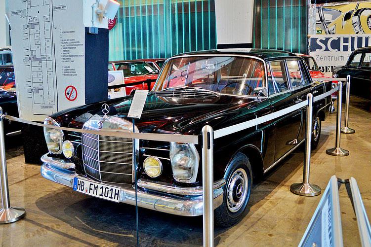 Bremen - Oldtimer im Schuppen Eins 4 - Mercedes-Benz 220 S - von 1962 - Dies war der Dienstwagen von Wilhelm Kaisen, Präsident des Senats und Bürgermeister von Bremen von 1945 -1965.
